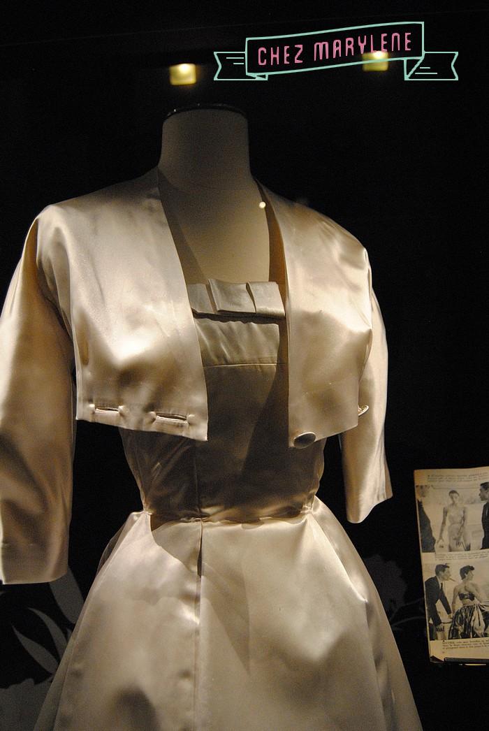 1954 - Satin cuir et soie ivoire- La mode des années 50 doit beaucoup à la collection Corolle que Chsitiane Dior présente en 47 et qui est très vite rebaptisée NEW LOOK