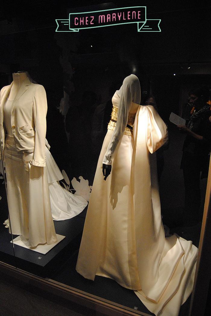 A gauche, Ann de Meulemester, made in Belgium to !! Veste en cuir ivoire, juppe-culotte asymétrique en satin dee soie ivoire et débardeur en jersey de coton assorti