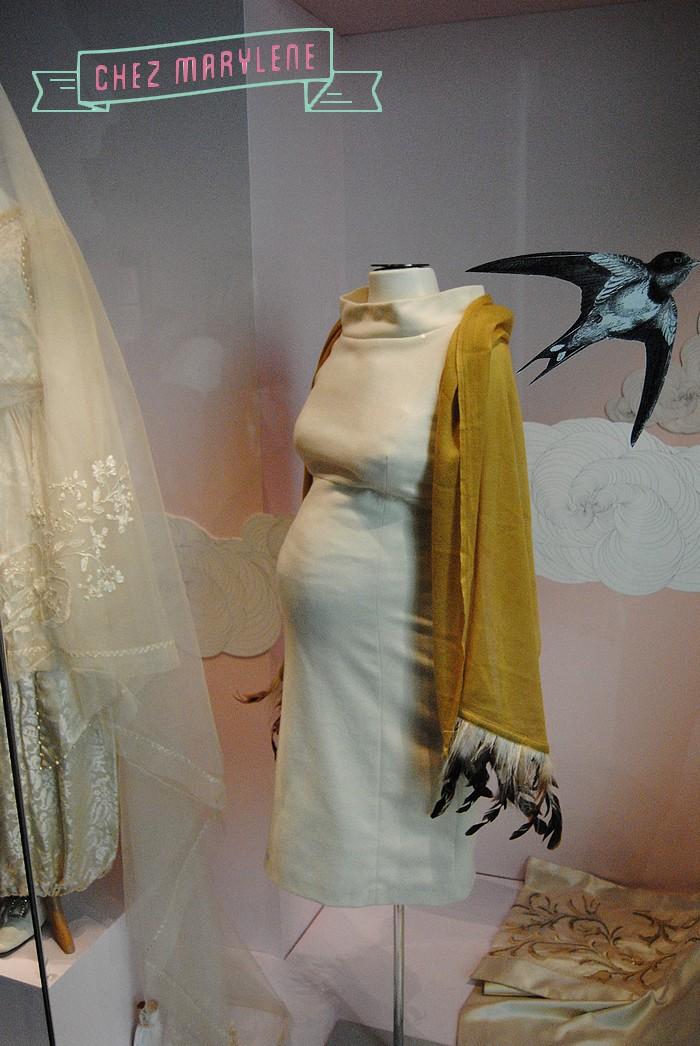 2012 - Drap de laine et polyester ivoire. Etole en soie et plumes. Si, autrefois, la coupe d'une rob tentait à dissimuler une grossesse naissante, aujourd'hui elle assume, voire exalte, cet état.